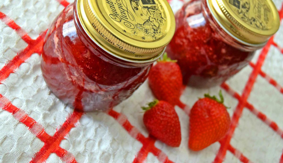 È tempo di fragole! Che ne dite di preparare una marmellata ora che i frutti sono maturi? Ecco le 5 ricette per tutti i gusti!