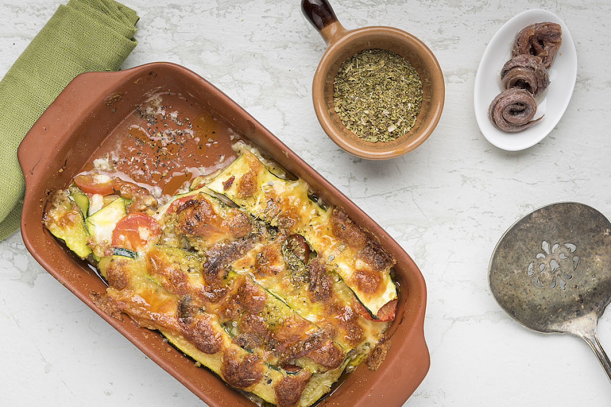 Parmigiana bianca di zucchine con caciottina e acciughe
